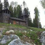 Leppäniemen Härkälinnassa ja hirsihuviloissa on keskiaikatunnelmaa